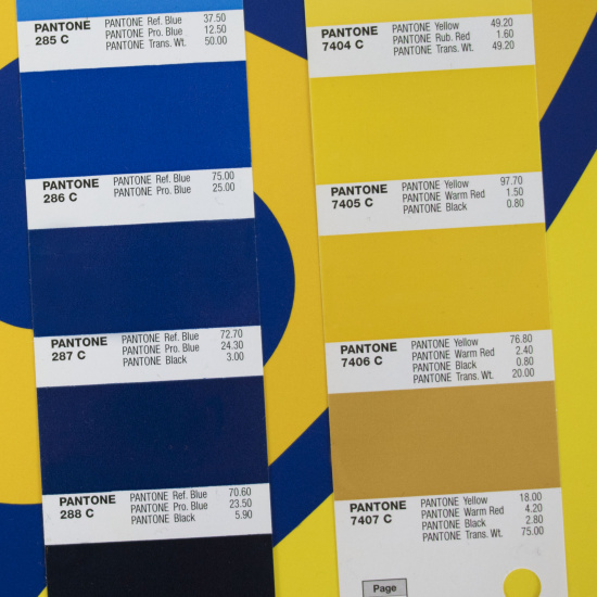 match between PANTONE 287 C and 7406 C with our printed banner